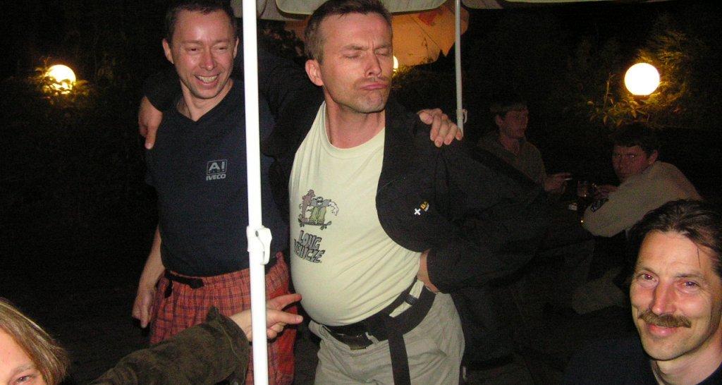 Obvyklá sobotní legrace - Petr Vavruša a Hannu Vierikko, EC Praha 2005 - vlevo dole přihlíží Hans Christian, pro kterého to byly první závody - zalíbilo se mu tolik, že žádný Eurocup od té doby nevynechal