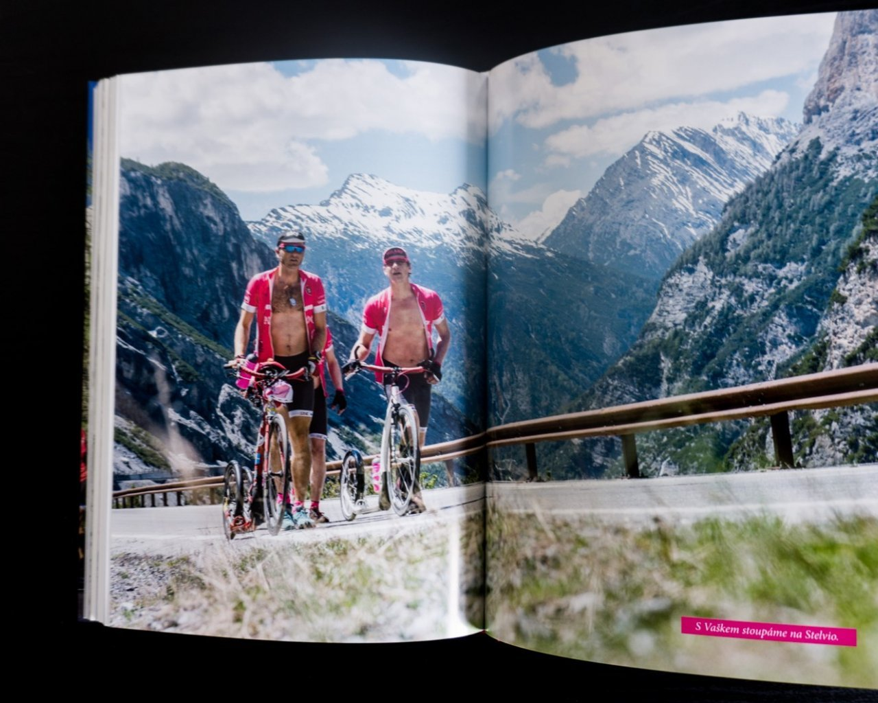 152cd214d33a5 240 stran, spousty fotografií a příběh o nejen o Giru a Tour, ale hlavně o  životě.