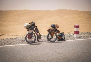 Přejezd pouště Taklamakan - Blandine pokračuje v cestě kolem světa na koloběžce!