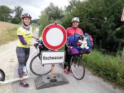 U Regensburgu hrozila holkám vysoká voda / zdroj: Ze mě je koloběžkatá