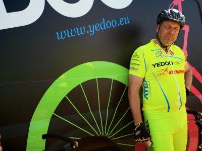 Od prvních skládacích koloběžek se během třinácti let Dan Pilát probojoval až na stý ročník Tour de France - zde při pauze v putování etapou na Mont Ventoux