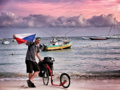 Mexické pobřeží a česká vlajka / zdroj: Kam až dojedeme?