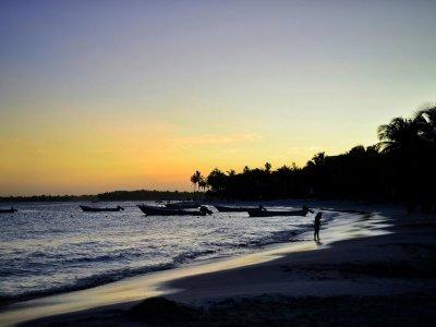 Některé noci tráví expedice na pláži / zdroj: Kam až dojedeme?