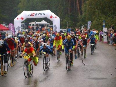 Start dlouhého závodu byl za deště