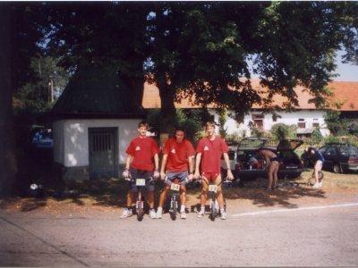 Honza Rapsa, Honza Vlášek a Vašek Liška na startu závodu ve Vlkově, polonahý zády je Milan Gazárek