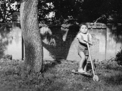 Ve čtyřech letech poprvé na koloběžce