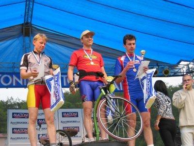 Hannu (uprostřed) a Alpo (vlevo) deset let po setkání na historicky prvním MS v koloběhu - 1. a 2. místo na 10km