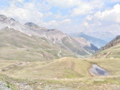 """Pohled od Stelvia na celnici (vlevo) a cestu do Švýcarska. Až budete kluci z tý druhý strany u tý celnice, tak už """"jen"""" dolů."""