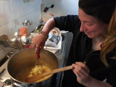 Blandine se ukázala jako zručná kuchařka - pro všechny uvařila květákovou polévku, ale jako na jedinou se na ní nedostalo