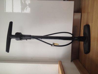 Tato pumpa má výhodu praktických přídavných nástavců a toho, že bez montáže můžete hustit silniční i autoventilky