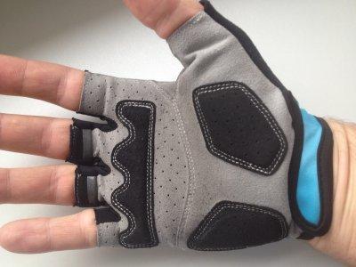 Cyklistické rukavičky jsou na dlaních vystlány, aby lépe tlumily nárazy přenášených do řidítek