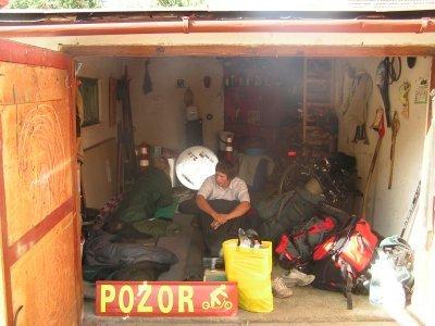 Klasické ubytko - u Petra Vavruši v garáži před zlínskými závody