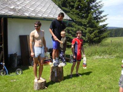 Klasické stupně vítězů, Šumava 2003. Mimochodem Kája Cvalín, Láďa Provod i Petr Pešta se zúčastnili také víkendových Račic, všichni již v kategorii Master