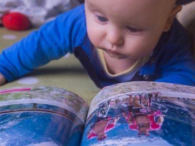 Mladej knížku hned poslintal, to je přeci jasný...