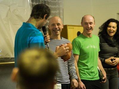 ... Pavel Štork předává Milošovi Dvořákovi tři ořechy, aby také něco vyhrál...