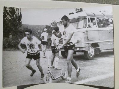 Jarda Honců přebírá koloběžku na Rallye 1967, v pozadí autobus pražského týmu / foto: Jarda Honců