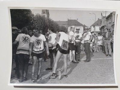 Cíl jedné z posledních etap Rallye 1967 kdesi před Prahou - v sandálech a čepičce Jiří Trefný / foto: Jarda Honců