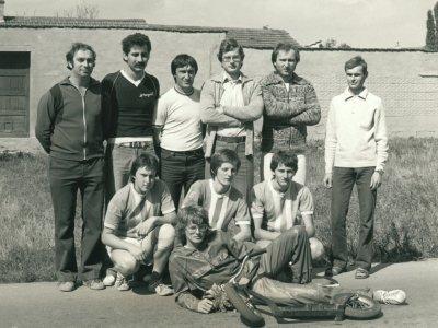 2.Po závodě (rychlostí kritérium) v Újezdě u Brna 30.8.1981. Na snímku leží vítěz Milan Mištera, v podřepu zleva třetí Zdeněk Buchta, čtvrtý Luděk Kolář, šestý Vít Orgoň. První zleva stojící je Karel Hradský, jeden z otců Rollo ligy v roce 1968.