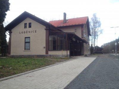 Nádraží v Loděnici, na kterém Jiří Menzel natáčel oskarové Ostře sledované vlaky