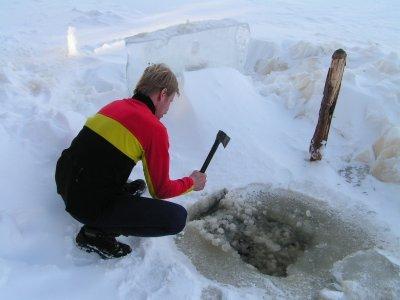 Prý finská tradice - díra v ledu