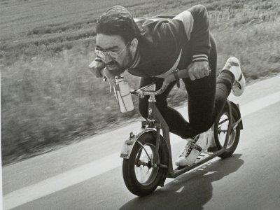 """12"""" kola, žádné brzdy, tenisky, tepláky a sjezdový postoj Karla Průchy při pokusu o přejezd za dva a půl dne"""