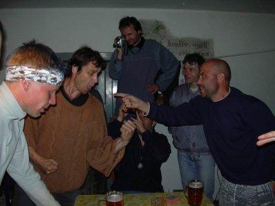 Legendární pivní štafety, Šumava 2004 - Alpo Kuusisto (první zleva) nominoval do svého týmu MIlana Gazárka (druhý zleva), ale nemohl stačit na skvadru vedenou zkušeným Daviodem Seemannem s bratry Peštovými na křídlech