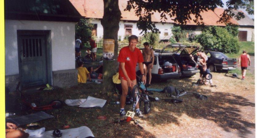 Vašek hustí svojí K-5, za ním Gazárek, Vavruša a Jirka Dupal
