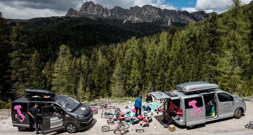 Expediční zajištění - Mediacar (vlevo) a Supportkára (vpravo) - nezničitelné Peugeot Travellery od Kopeckého
