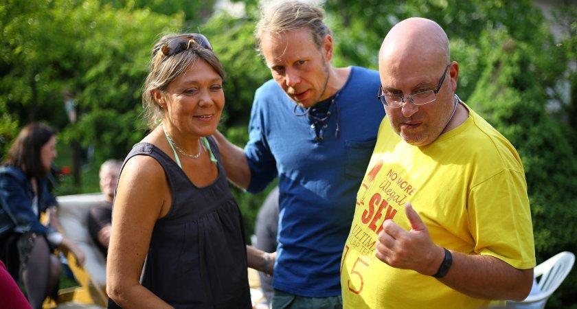 Fin Alpo Kuusisto, nejlepší distanční koloběžkář historie, poučuje Davida Seemanna (vítěz ligy z let 1989 - 1992) o kvalitě českého piva