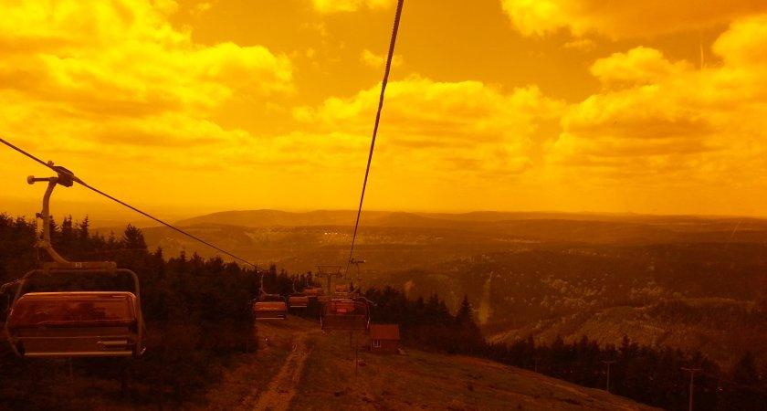 Výhled přes bublinu lanovky do Krušných hor