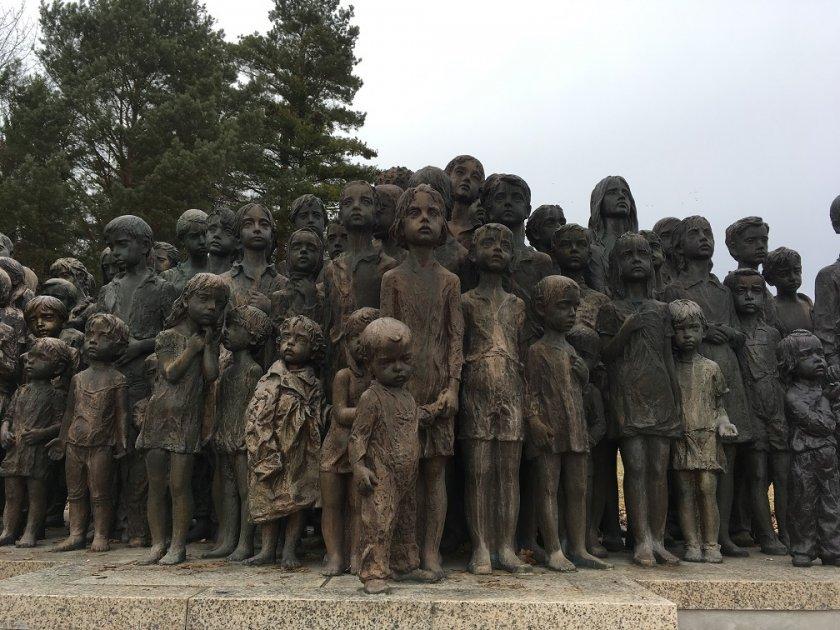 Neskutečně působivá socha 82lidických dětí, Památník v Lidicích