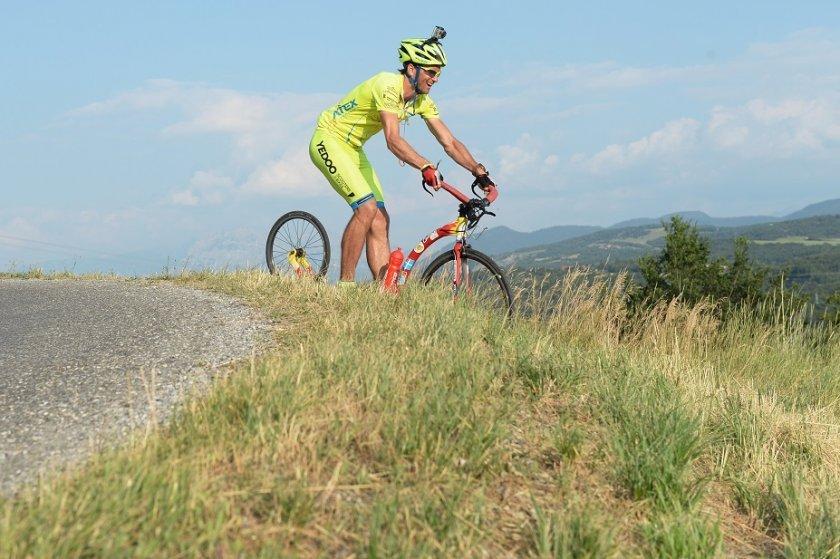 Manfred závodí s Armstrongem v Belokiho zatáčce na Col d´Ornon