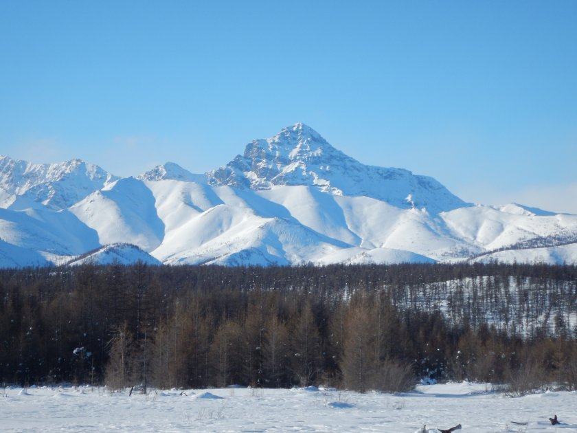 Nerad bych se mýlil, ale toto je Pik Pobědy, nejvyšší hora východní Sibiře (3140m)