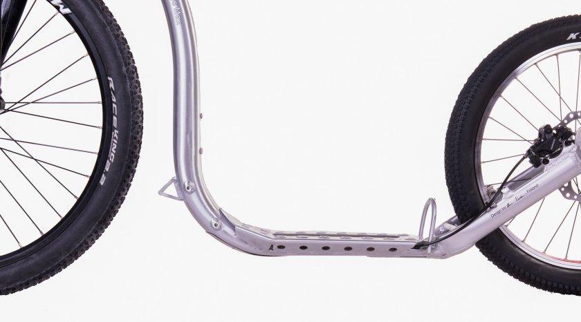 Pevná přední vidlice pro lepší vedení stopy a lehčí verze než odpružená. Navíc dvojí možnost uchycení zadního kola, díky kterému jednoduchou přestavbou zvýšíte či snížíte světlost koloběžky o výrazných 2,5cm