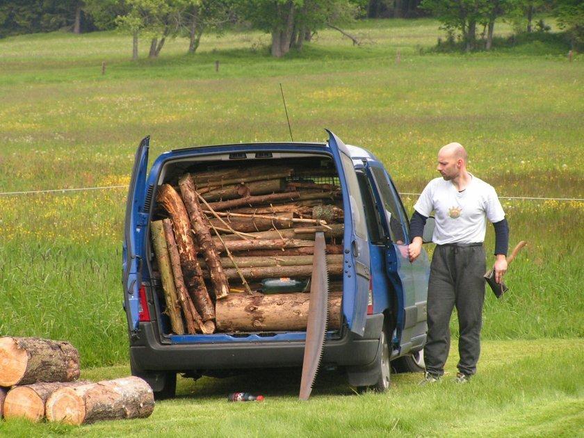 Ještě jedna vzpomínková - Jirka Ešner a nálož dřeva na sobotní táborák ligového závodu na Šumavě