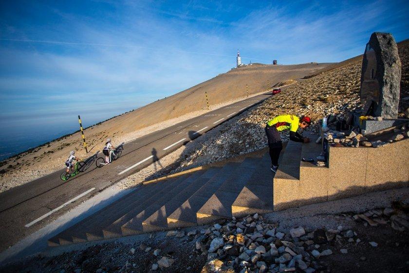 Památník Toma Simpsona a holky stoupající na vrchol