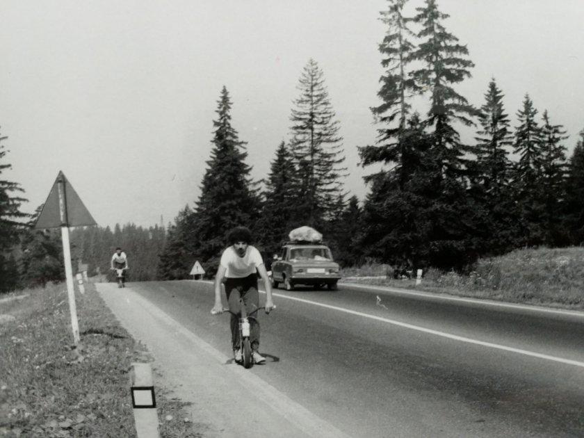 Malej Kokeš na trase třetího přejezdu, za ním Karel Průcha