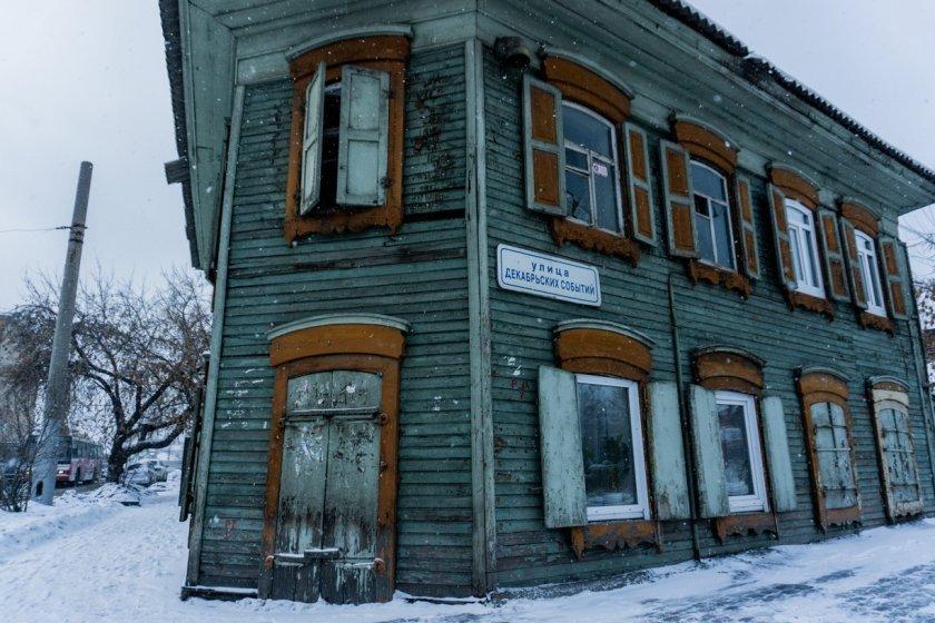 Původní dřevěné domy se v Irkutsku propadají do země