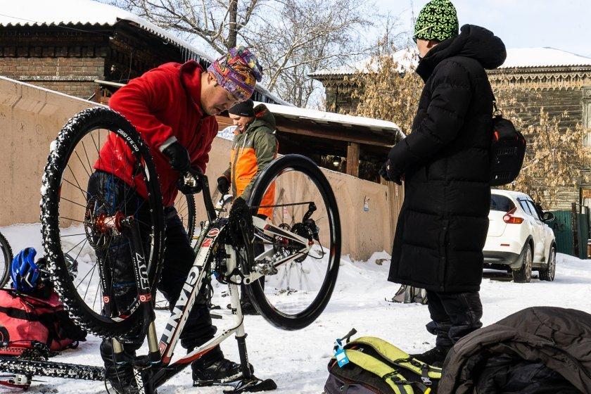 Naši mongolští přátelé demontují biky pro transfer