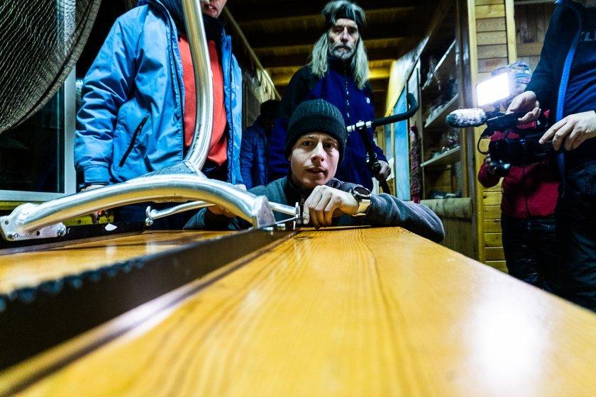 Pelcík v montáží ledoběžky večer před startem