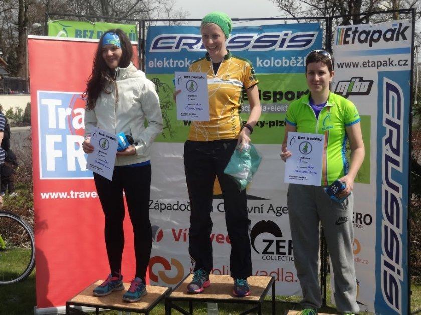 Stupně vítězů ženského závodu Bez pedálů / zdroj: www.bezpedalu.cz