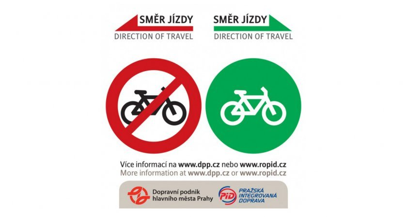 Samolepka na dveřích prvního nebo posledního vozu soupravy metra značící zakázaný či povolený vstup s jízdním kolem (dle aktuálního směru jízdy).