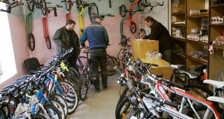 Pavel provozuje koloběžkovo-cyklistický obchod v Hodkovicích nad Mohelkou